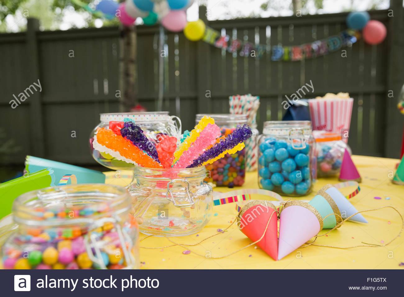 Caramelos gorros de fiesta en fiesta de cumpleaños de traspatio tabla Imagen De Stock