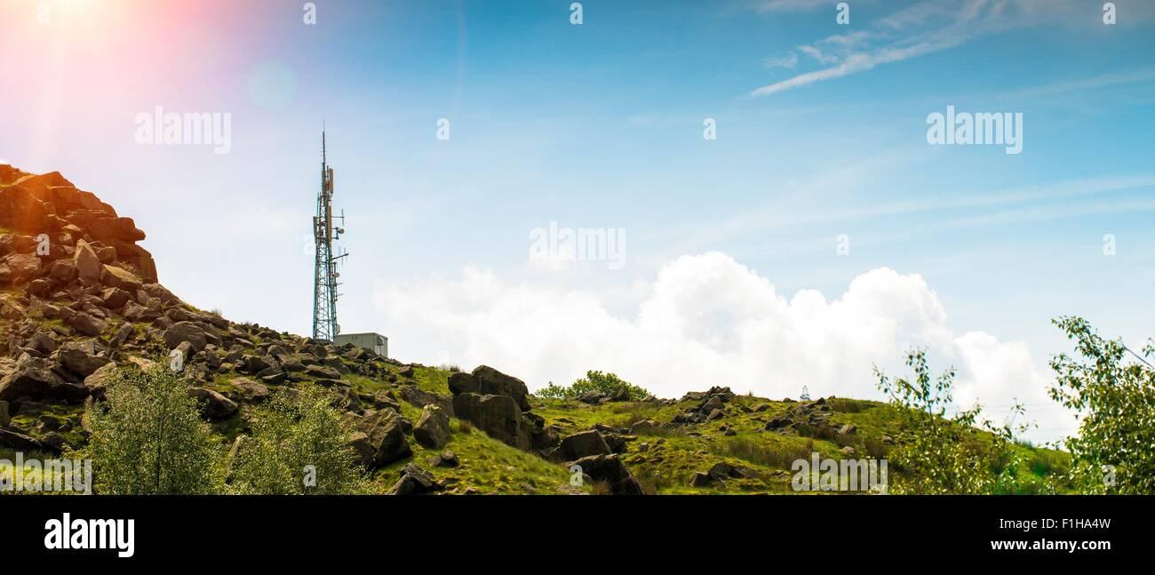 Vista panorámica de ángulo bajo de teléfono celular en la colina del mástil, REINO UNIDO Foto de stock