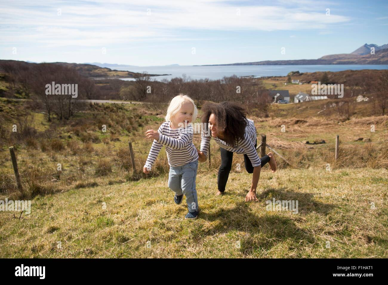 Persiguiendo la madre hijo en campo, la Isla de Skye, Hébridas, Escocia Foto de stock
