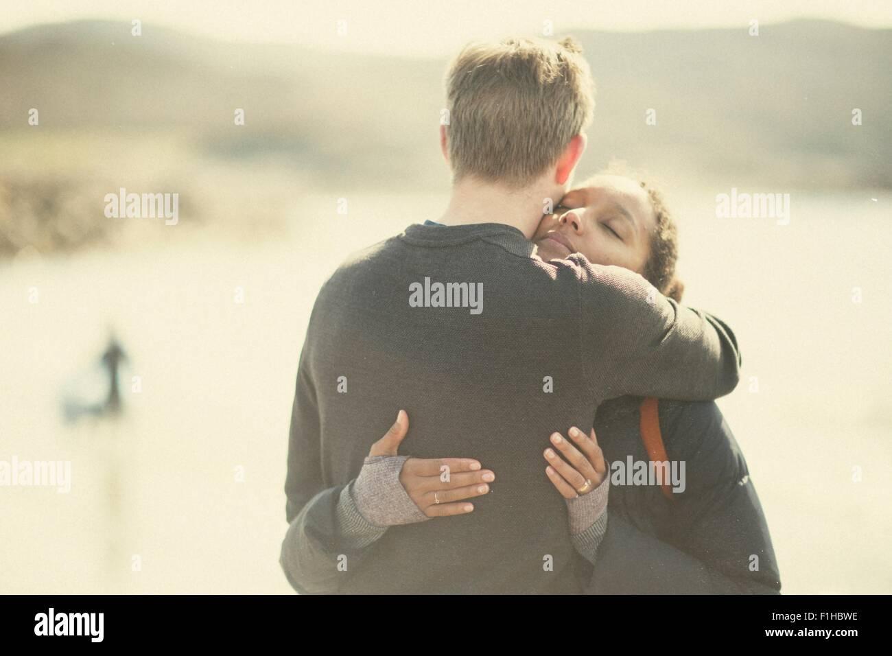 Adulto medio par abrazar a la luz del sol Imagen De Stock