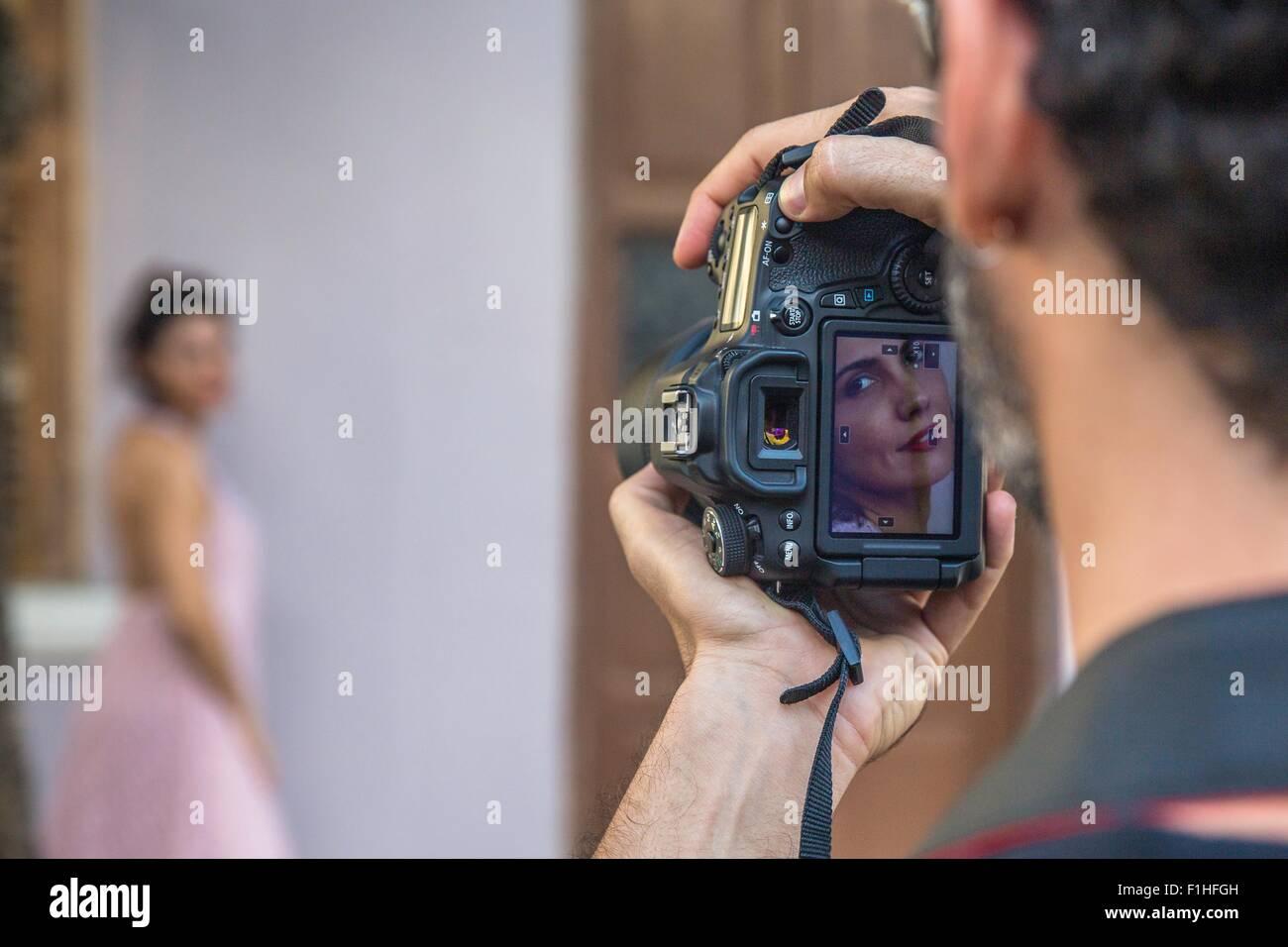 Detrás de las escenas de una moda urbana disparar con el modelo femenino y masculino fotógrafo Imagen De Stock