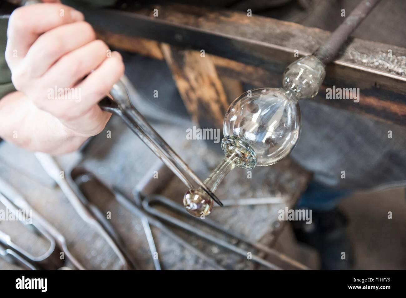 Formando Glassblower objeto de cristal caliente, cerrar Imagen De Stock