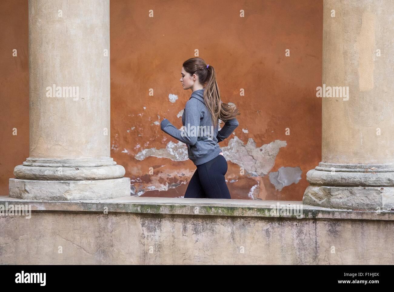 Joven mujer vistiendo ropa deportiva trotar Imagen De Stock