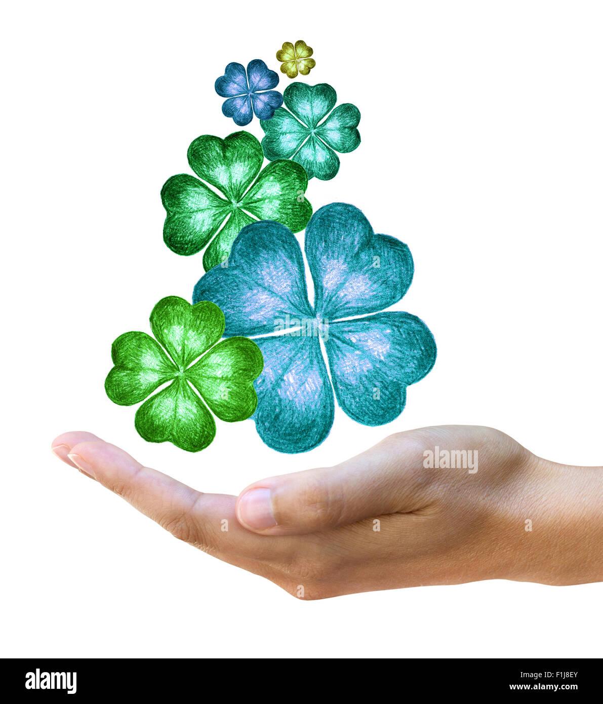 Imagen conceptual de tréboles de cuatro hojas dibujados a mano sobre mano femenina Imagen De Stock