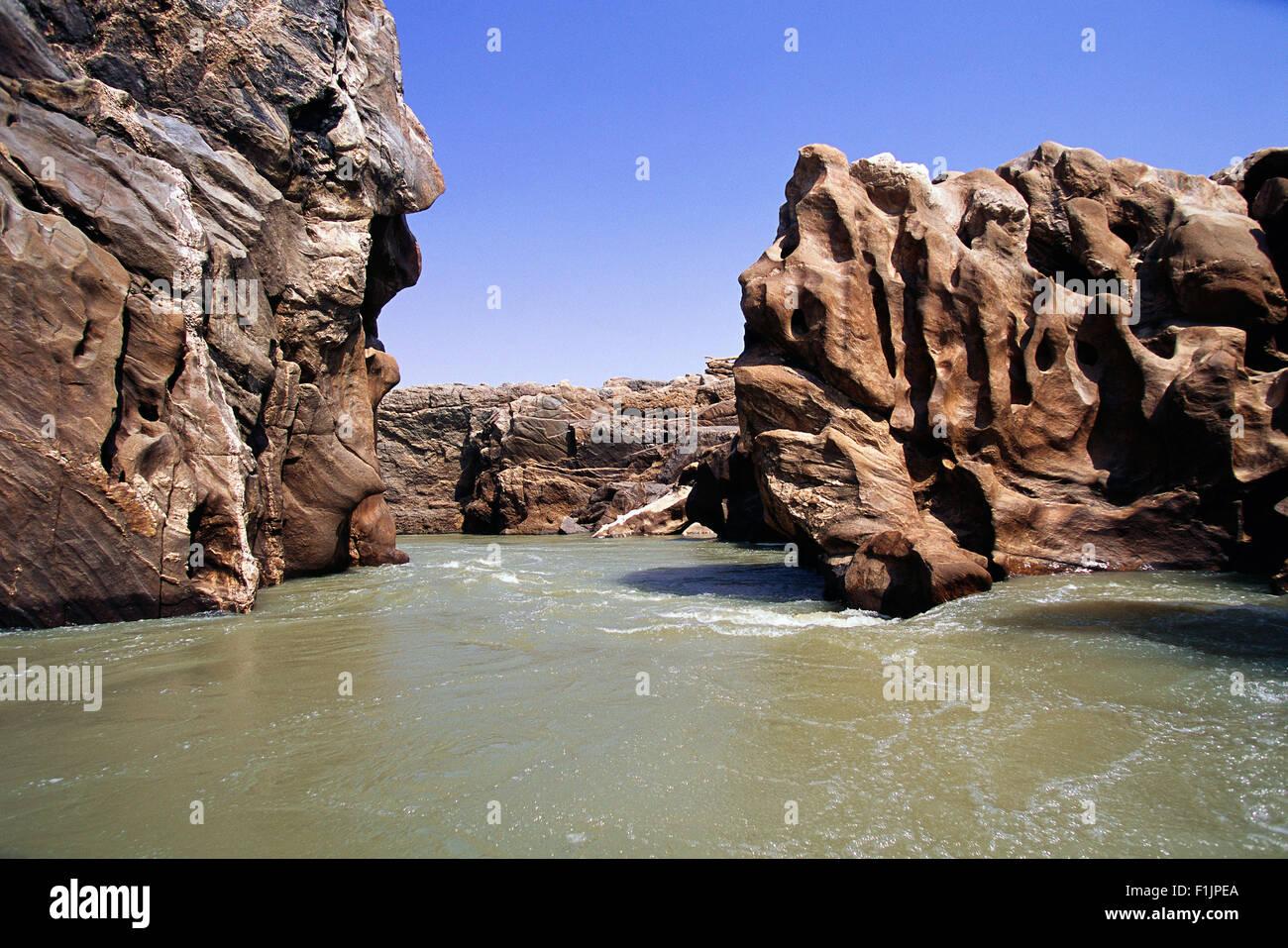 Las formaciones rocosas y el río Kunene, Namibia, África Foto de stock