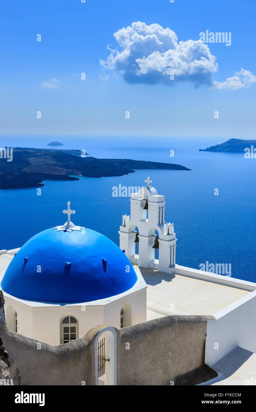 Aghioi Theodoroi iglesia en Firostefani en Santorini, una de las islas Cícladas en el Mar Egeo, en Grecia. Imagen De Stock