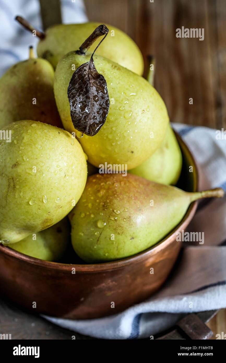 Las peras frescas en una cacerola de cobre. Imagen De Stock
