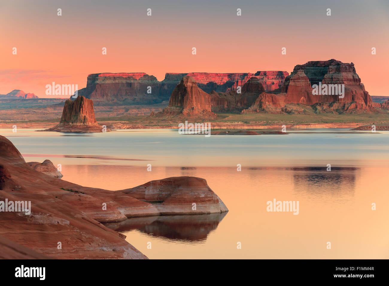 El Padre Bay, desde galletas Butte al amanecer. El Lago Powell, Utah, EE.UU. Imagen De Stock