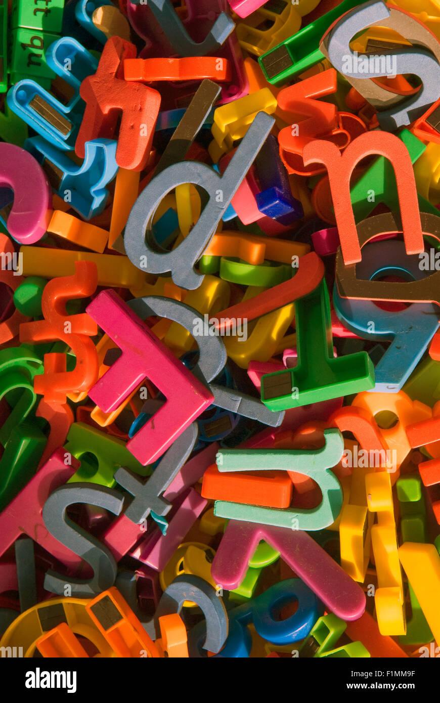 Letras de colores variados como recursos de aprendizaje en las aulas de la escuela primaria, Londres, Reino Unido. Imagen De Stock