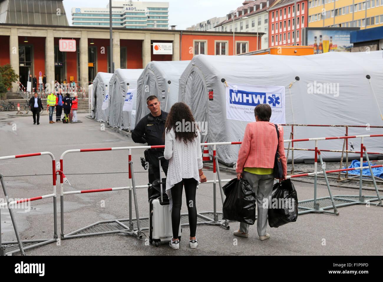 Carpas para el tratamiento médico de los migrantes procedentes de Afganistán que llegan en tren desde Budapest y Hungría en Munich Hauptbahnhof, la estación principal de trenes en Munich, Alemania. Miles de migrantes están viajando a Alemania a través de Turquía, Grecia, Montenegro, Serbia, Hungría y Austria. Foto de stock