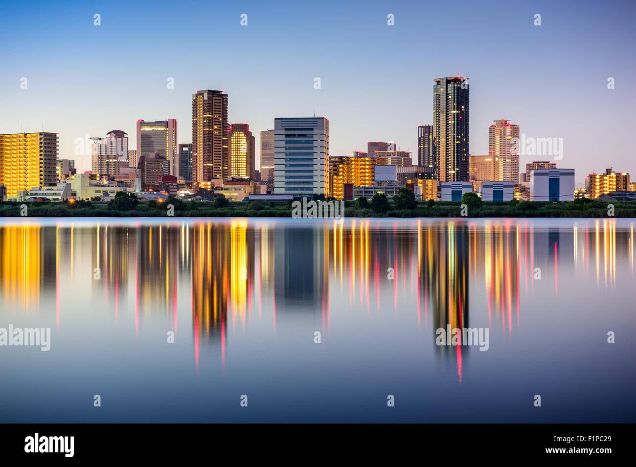 Osaka, Japón skyline en el distrito de Umeda en el río Yodogawa. Imagen De Stock