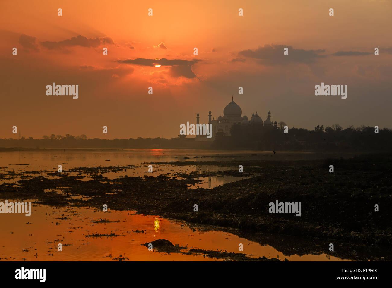 Una puesta de sol vista del Taj Mahal, en Agra, India. Imagen De Stock