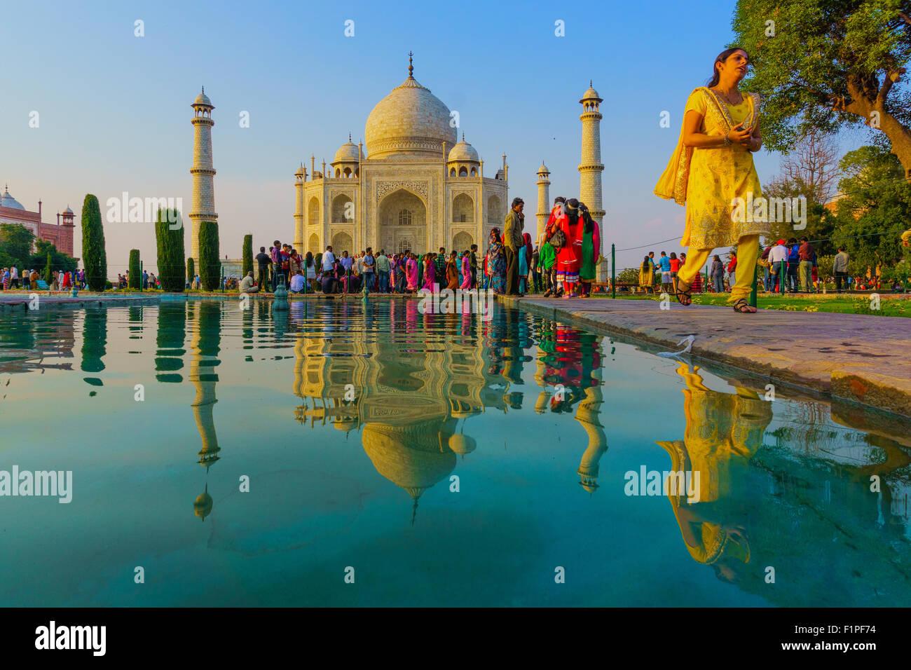 Los visitantes caminando junto a la piscina en frente del Taj Mahal, el monumento patrimonio de la humanidad. Foto de stock