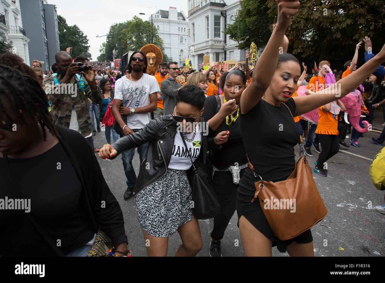 Danza desfile detrás de uno de los sistemas de sonido. El Carnaval de Notting Hill en el oeste de Londres. Imagen De Stock