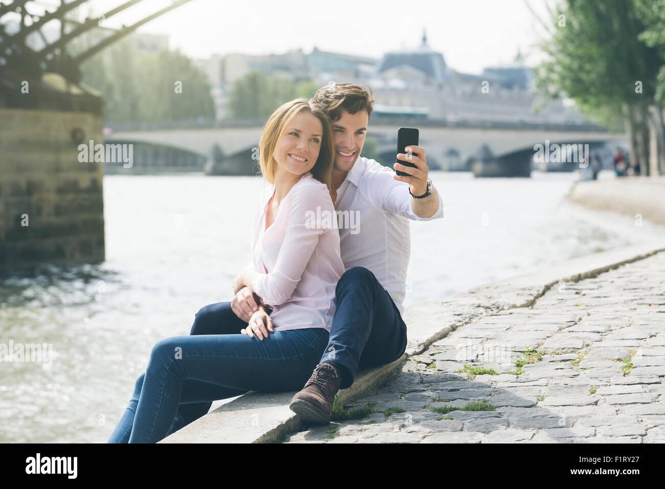 Par de citas en París Imagen De Stock