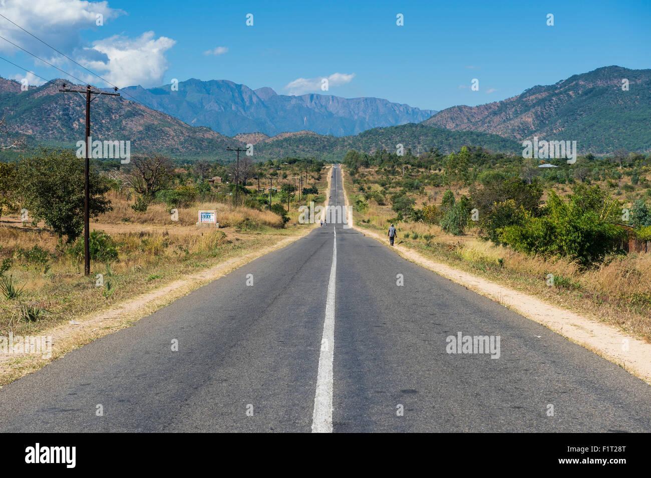 Largo camino recto en la región central de Malawi, África Imagen De Stock