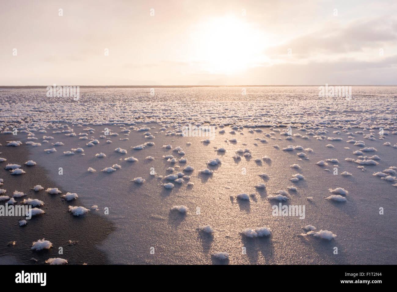 Flores de escarcha formada sobre una fina capa de hielo cuando la atmósfera es mucho más frío que Imagen De Stock