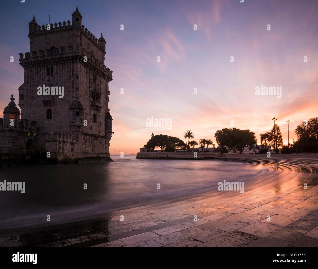 Torre de Belem al atardecer (Torre de Belem), Sitio de Patrimonio Mundial de la UNESCO, Lisboa, Portugal, Europa Imagen De Stock