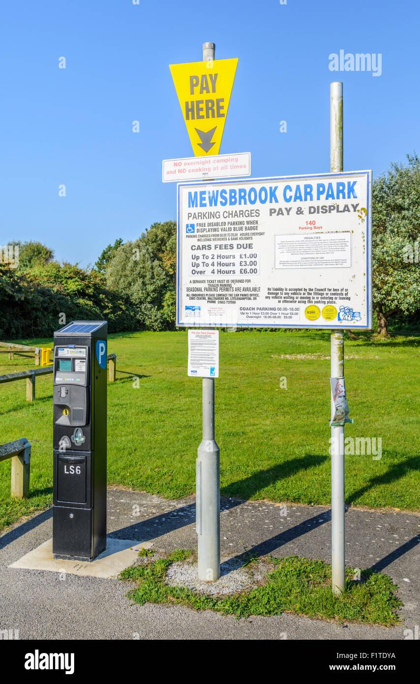 Pagar y mostrar la máquina de billetes en un aparcamiento de coches en el Reino Unido. Imagen De Stock
