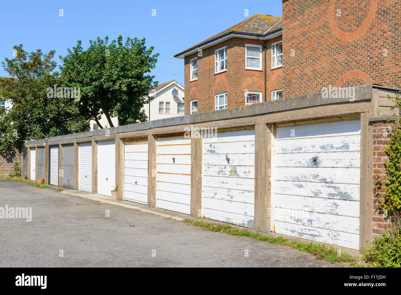 Fila de coches privados garajes en Inglaterra, Reino Unido. Imagen De Stock