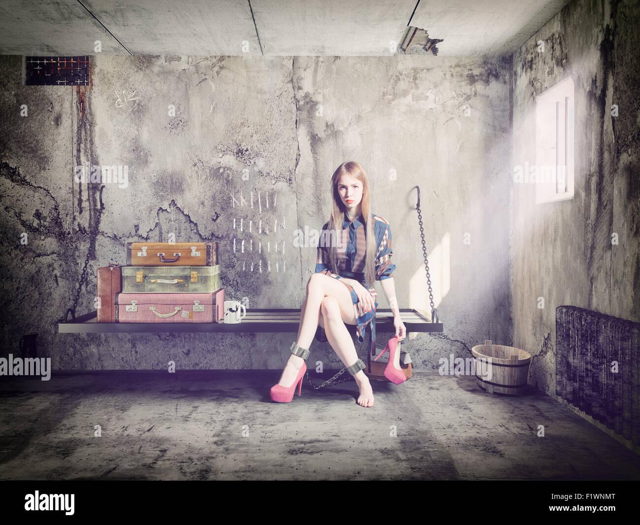 La joven mujer hermosa en la cárcel con su equipaje. Concepto Imagen De Stock