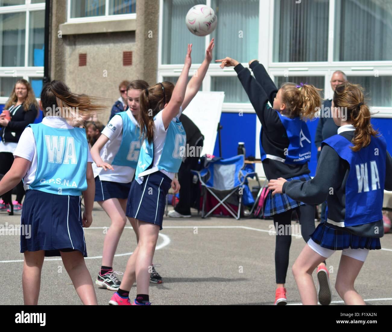 Niñas a jugar baloncesto fuera Imagen De Stock