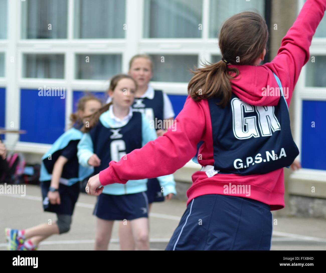 Las niñas juego de baloncesto Imagen De Stock