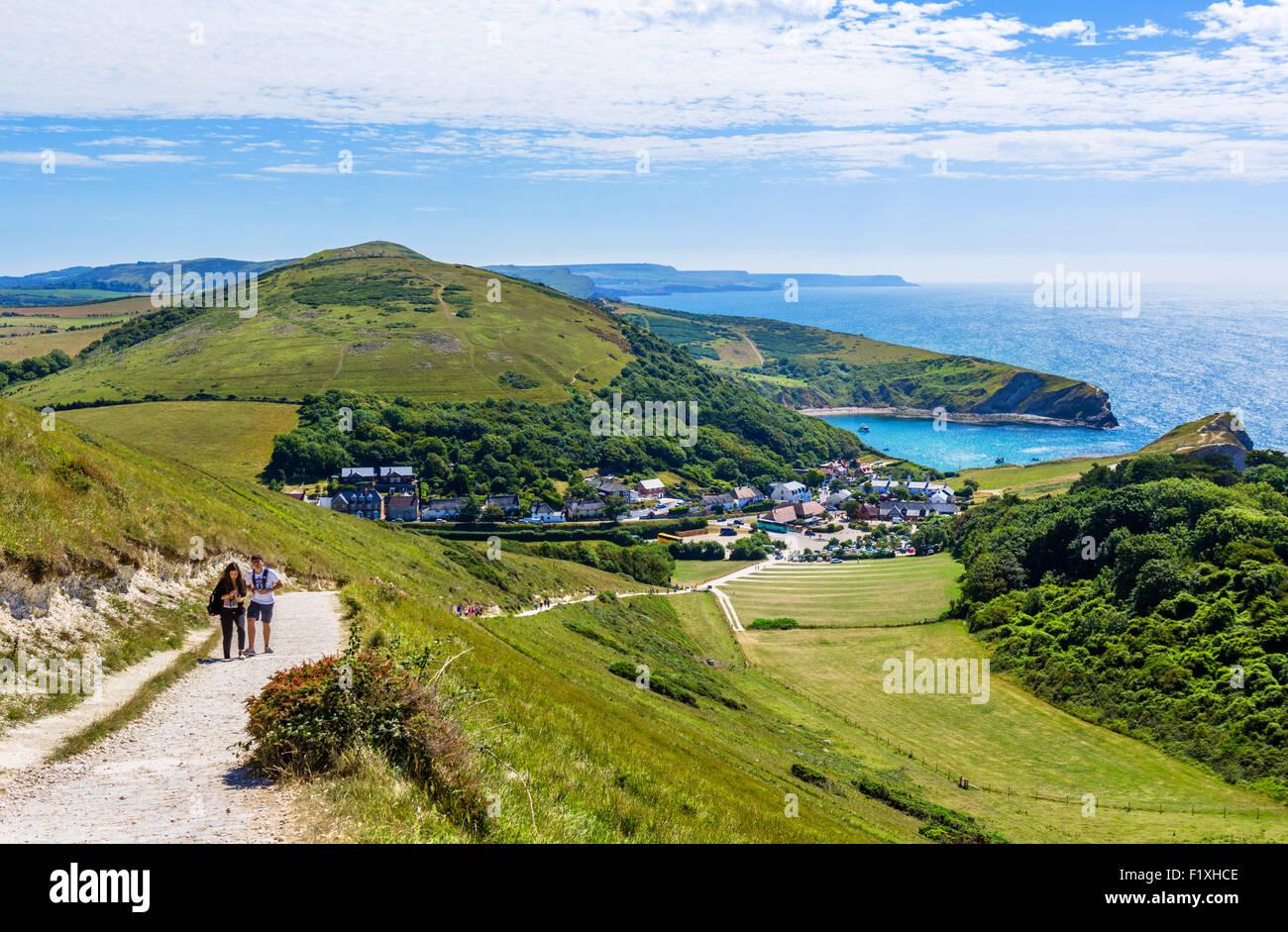 Caminantes en la ruta de la costa sur oeste con vistas Lulworth Cove, Lulworth, la Costa Jurásica, en Dorset, Inglaterra, Foto de stock