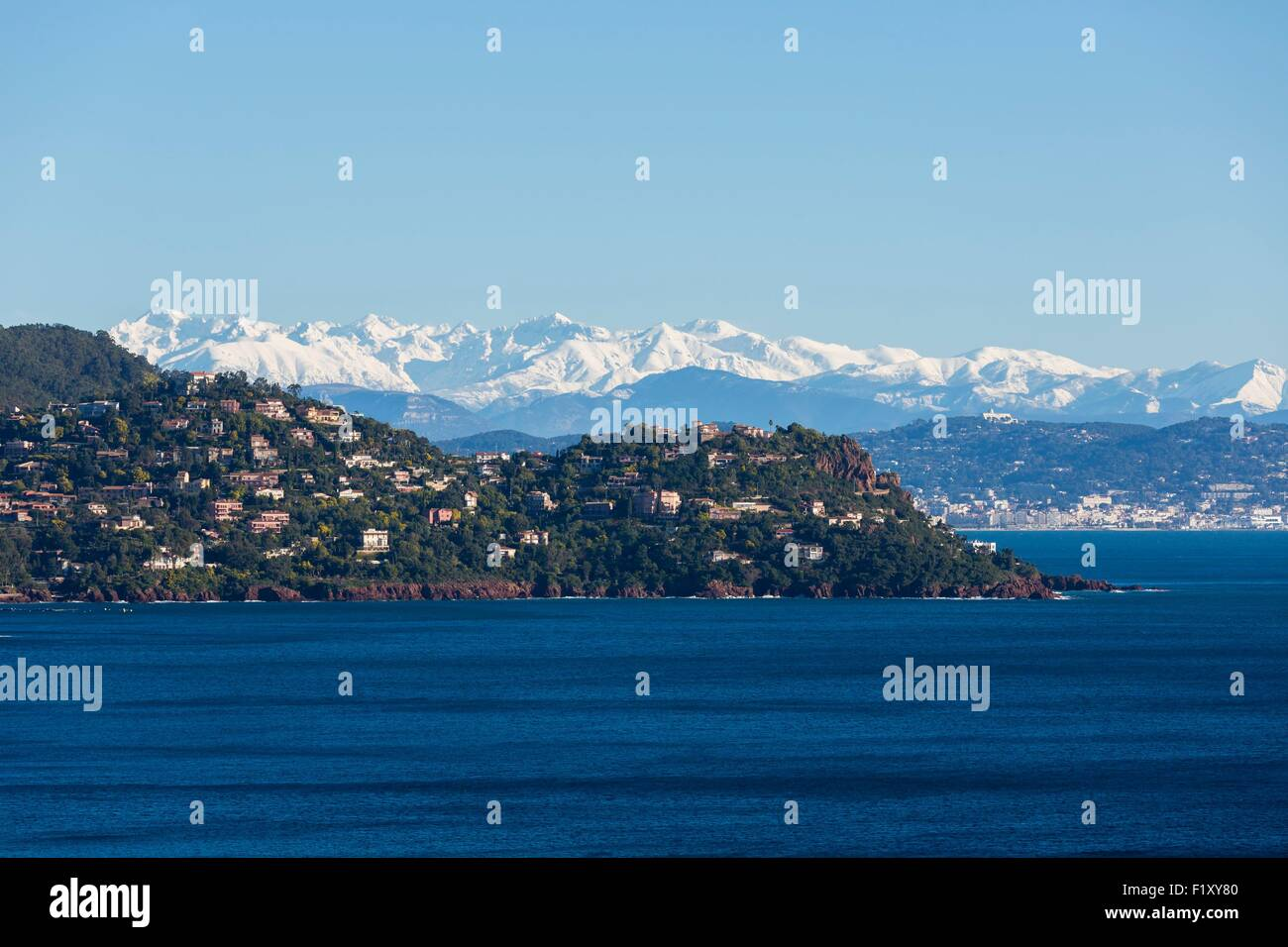 Francia, Alpes Maritimes, en Theoule sur Mer, Golfo de Napoule, Cannes y montañas nevadas de Mercantour en Imagen De Stock