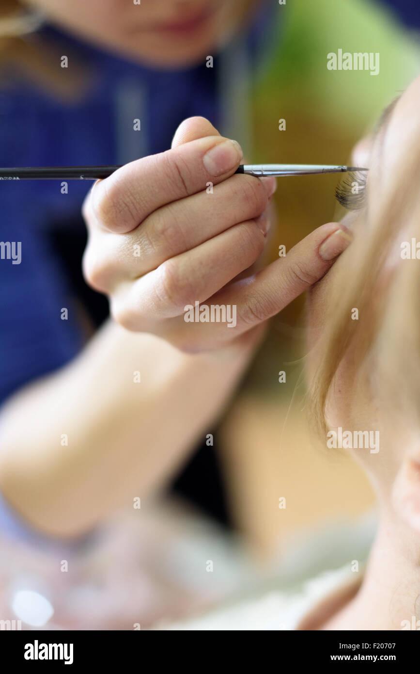 El maquillaje artista pinte los ojos Imagen De Stock