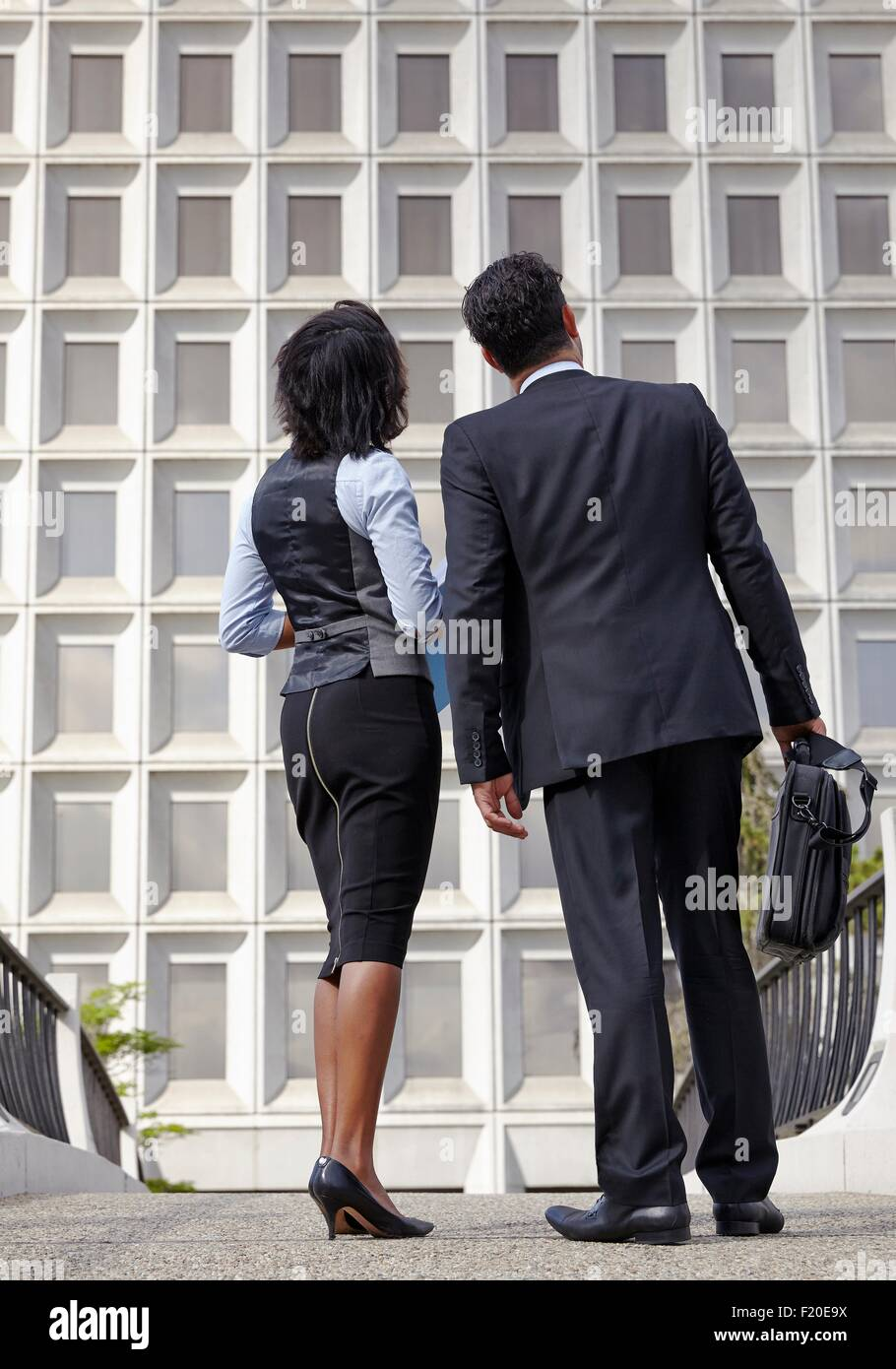 Longitud total de ángulo bajo vista de gente de negocios, mirando hacia arriba Imagen De Stock