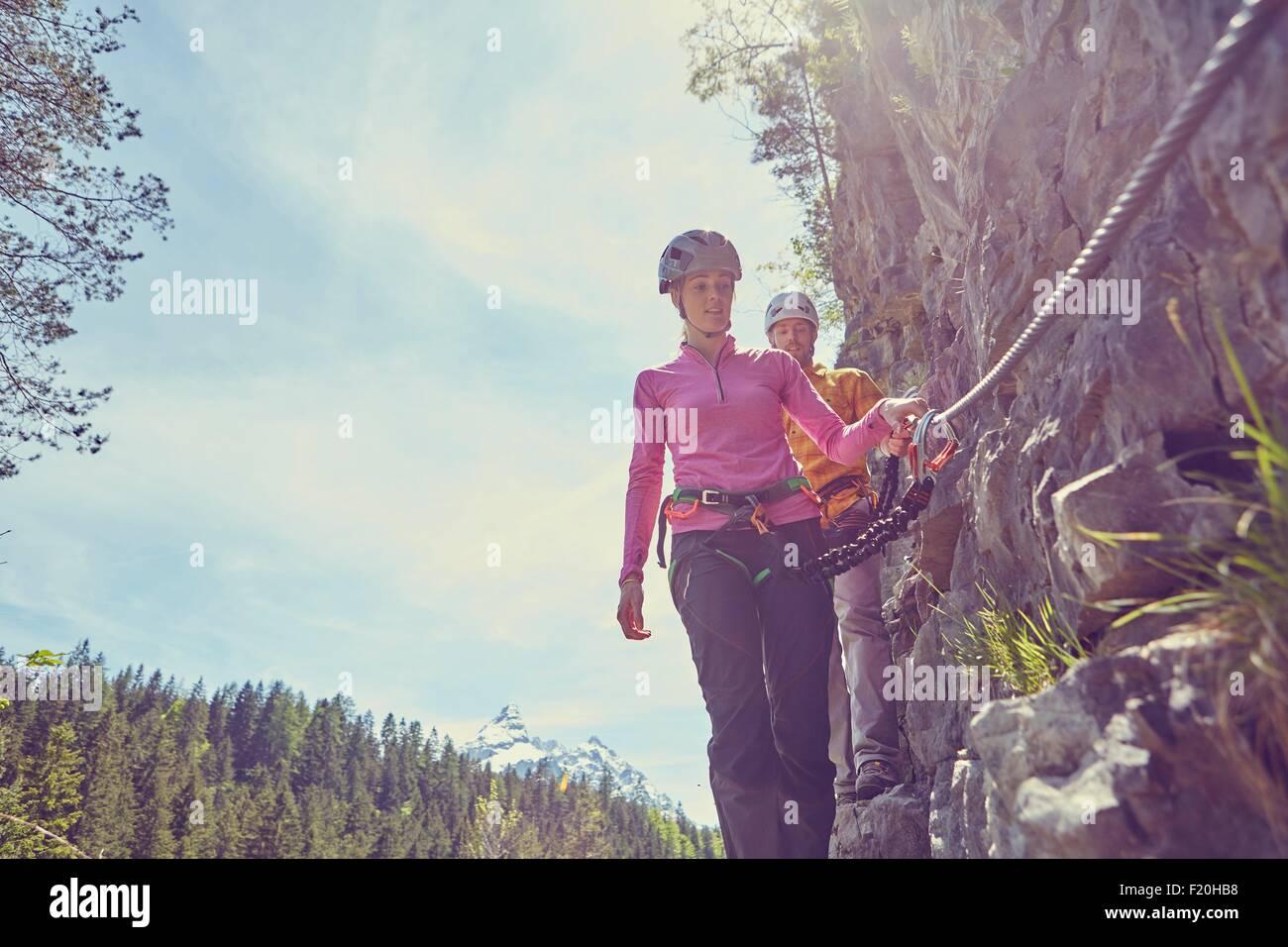 Par de la escalada en roca, Ehrwald, Tirol, Austria Imagen De Stock