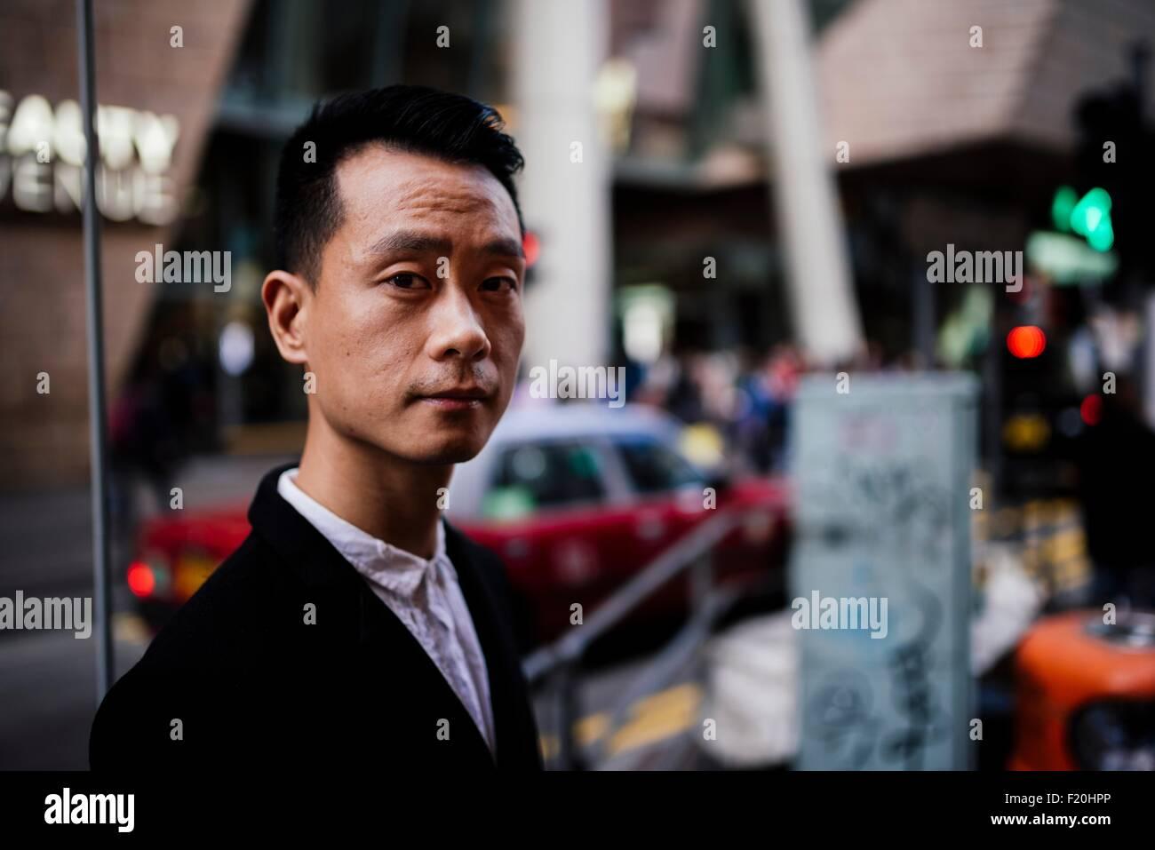 Retrato de mediados adulto hombre vestido con camisa y traje chaqueta, mirando a la cámara Foto de stock
