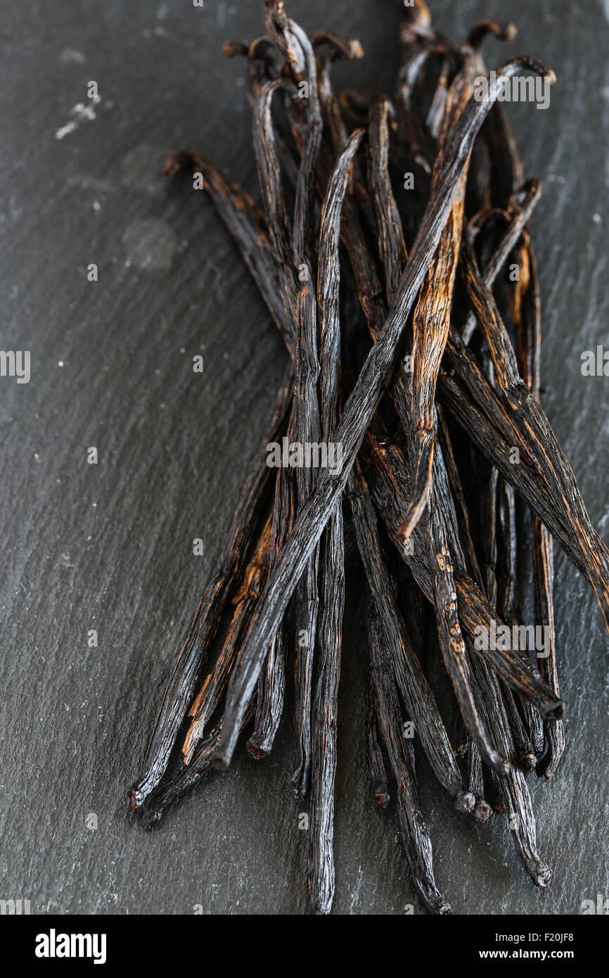 Las vainas de vainilla sobre placa de pizarra. Foto de stock