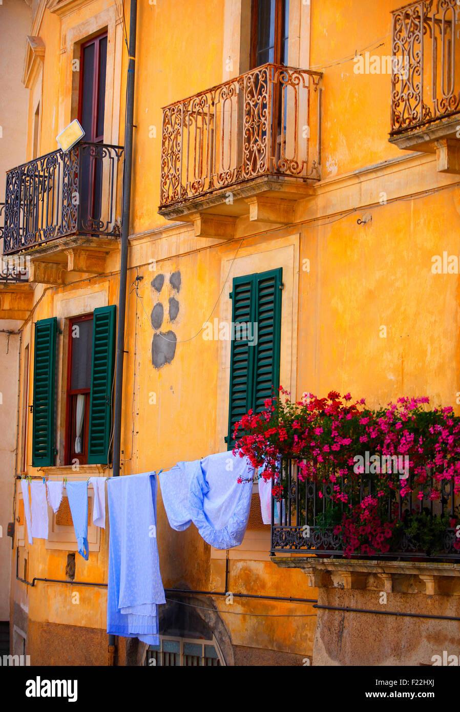 Fontecchio, Italia. Persianas y balcón con colgante de lavar. Imagen De Stock