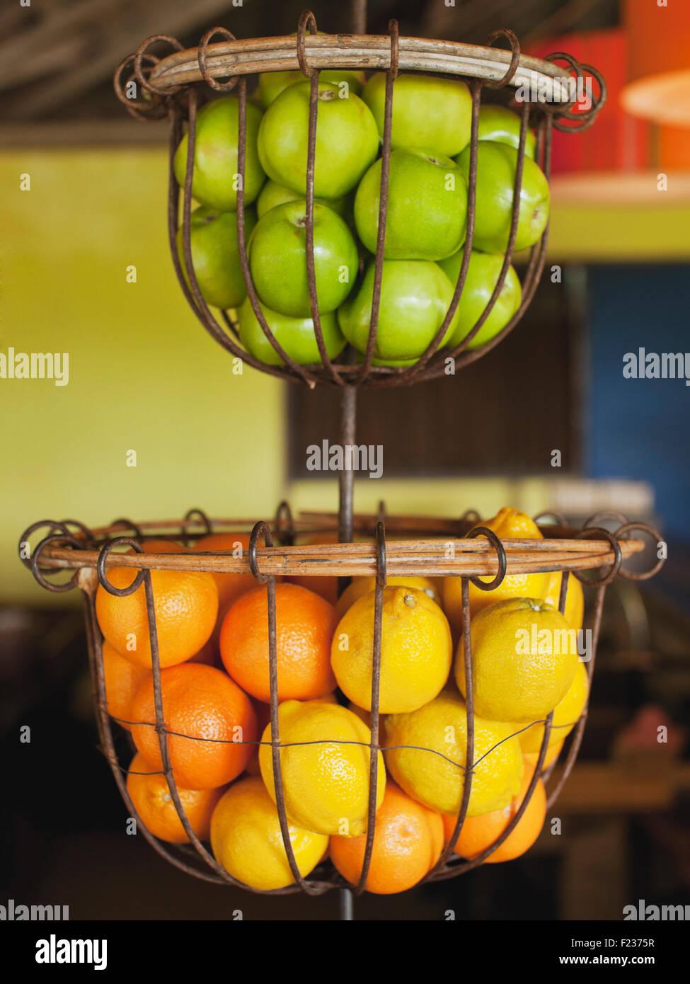Cestas de manzanas verdes, naranjas y limones en NAM restaurante Bon Ton Resort. Langkawi, Malasia Imagen De Stock