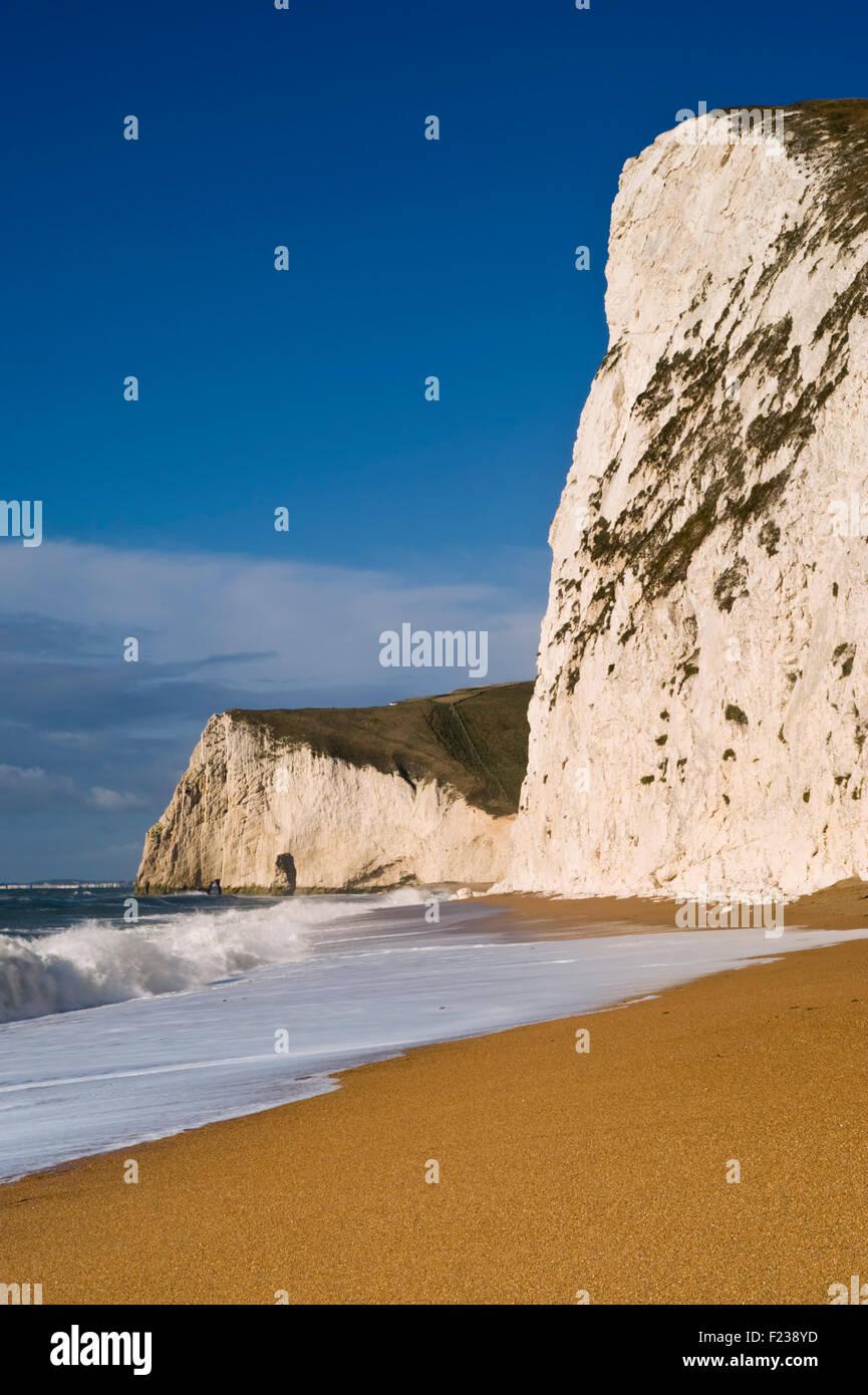 Mirando a lo largo de la playa hacia la cabeza Swyre y murciélagos cabeza en Dorset cerca de Lulworth la Costa Jurásica, en Dorset, Reino Unido. Foto de stock