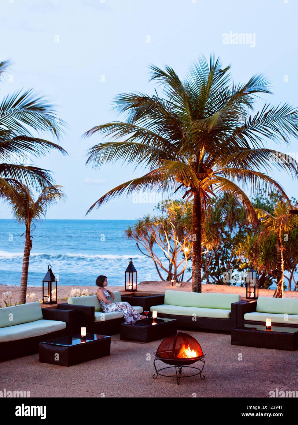 Descansando fuera del restaurante Nelayan con vistas al Mar del Sur de China al anochecer. Tanjong Jara Resort. Imagen De Stock
