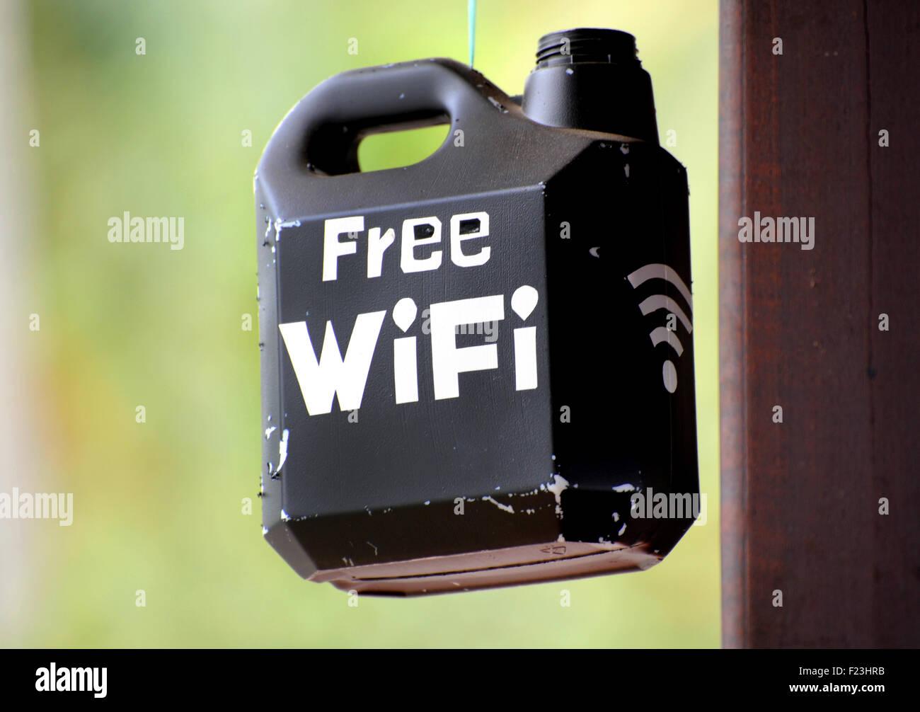 Señal WiFi gratuita pintado en un recipiente de plástico. Imagen De Stock
