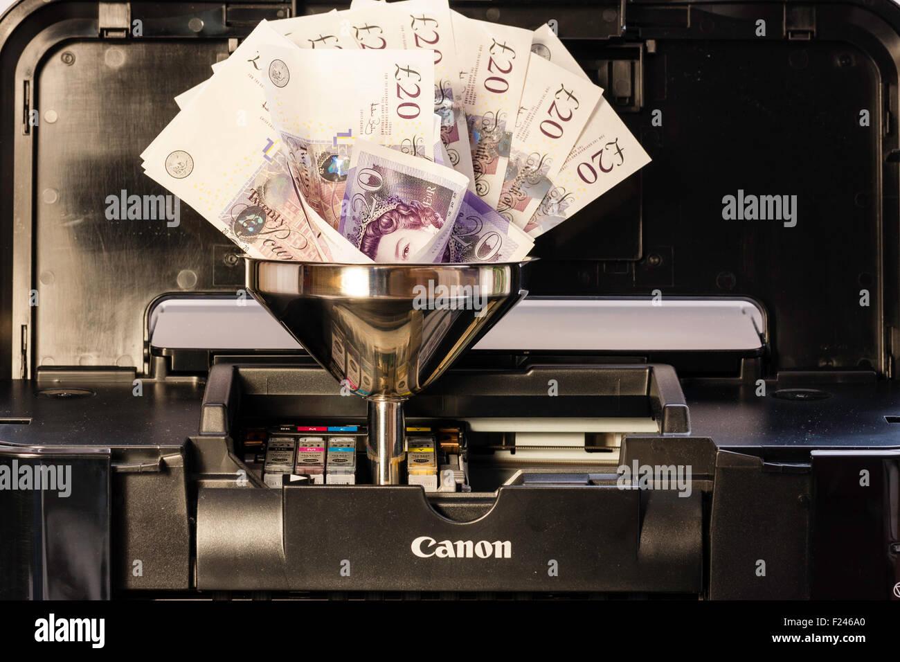 Impresora de inyección de tinta con un cartucho de tinta reemplazado por embudo metálico y £20 notas de peluche, Foto de stock