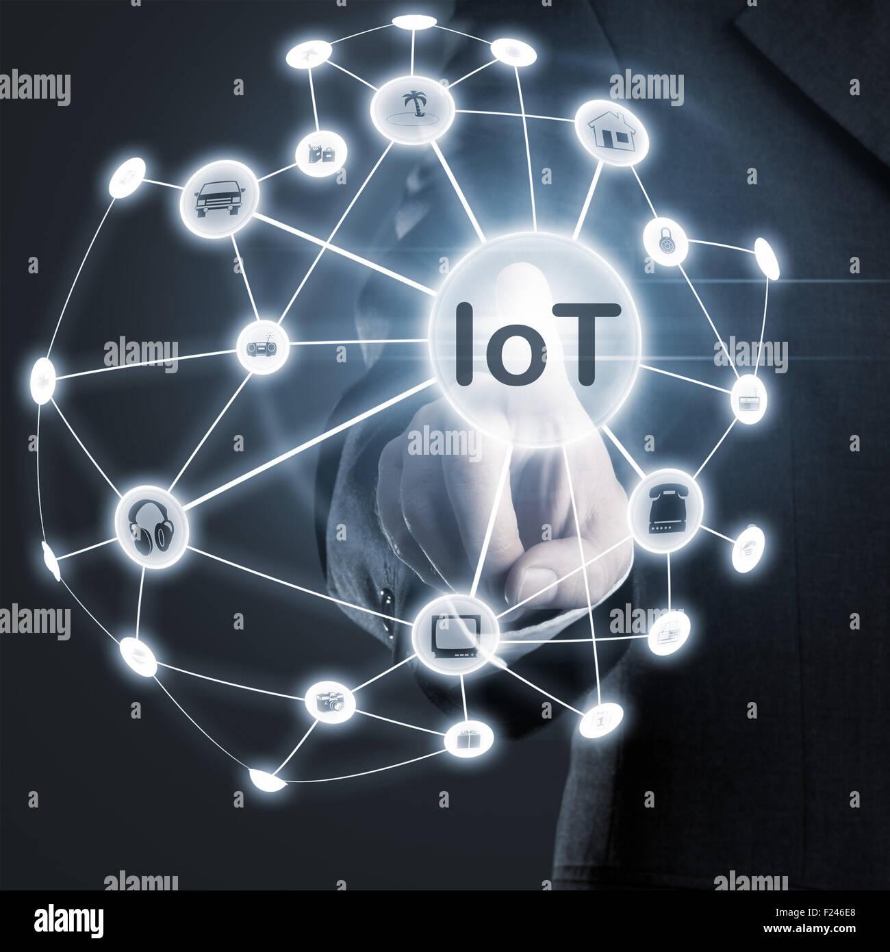 Hombre que toca IoT (internet de las cosas) de la red en la pantalla. Imagen De Stock
