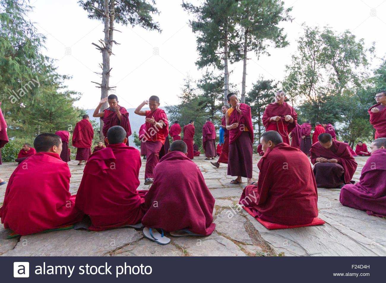 Los bhutaneses monjes budistas participar en debates filosóficos en el patio de un monasterio en Bumthang, Bhután Foto de stock