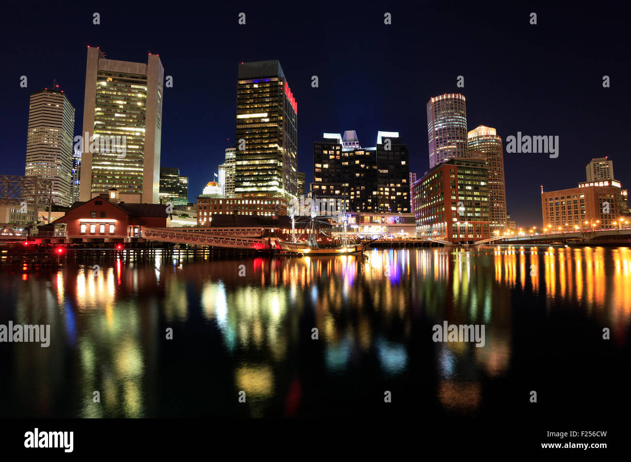 En la noche del horizonte de Boston, EE.UU. Imagen De Stock