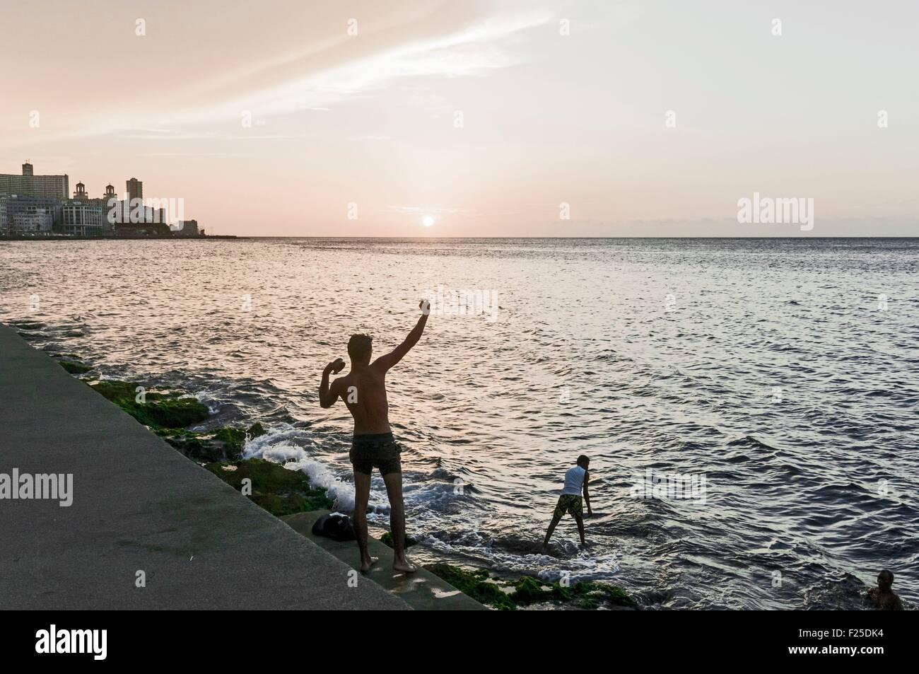 Cuba, La Habana, pescadores y Vedado trimestre edificios en el Malecón Imagen De Stock