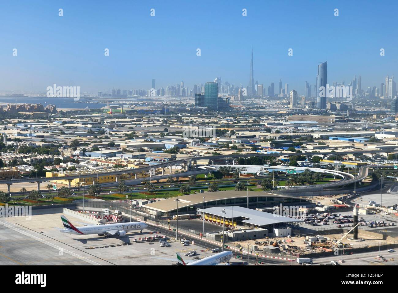Los Emiratos Árabes Unidos, Dubai, el aeropuerto internacional de Dubai y del centro de la ciudad en el fondo Imagen De Stock