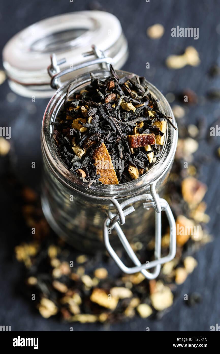 Indian té negro con naranja y especias en un frasco de vidrio. Imagen De Stock
