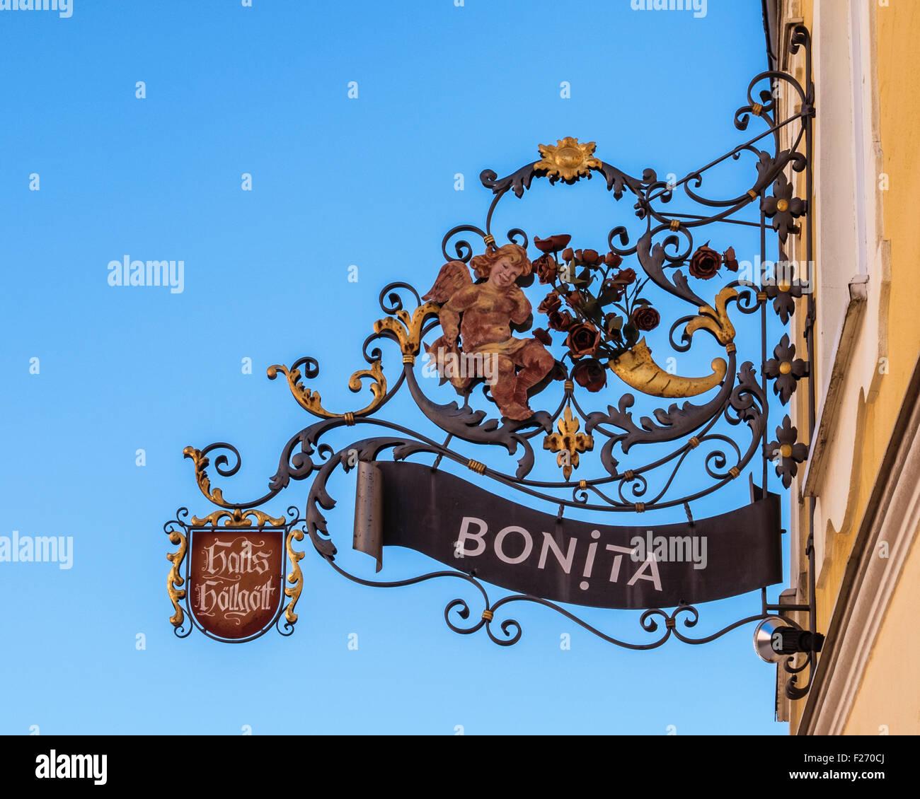 Bonita tienda de ropa de mujer de hierro forjado adornadas firmar. Ciudad Füssen, Ostallgaü, Baviera, Imagen De Stock