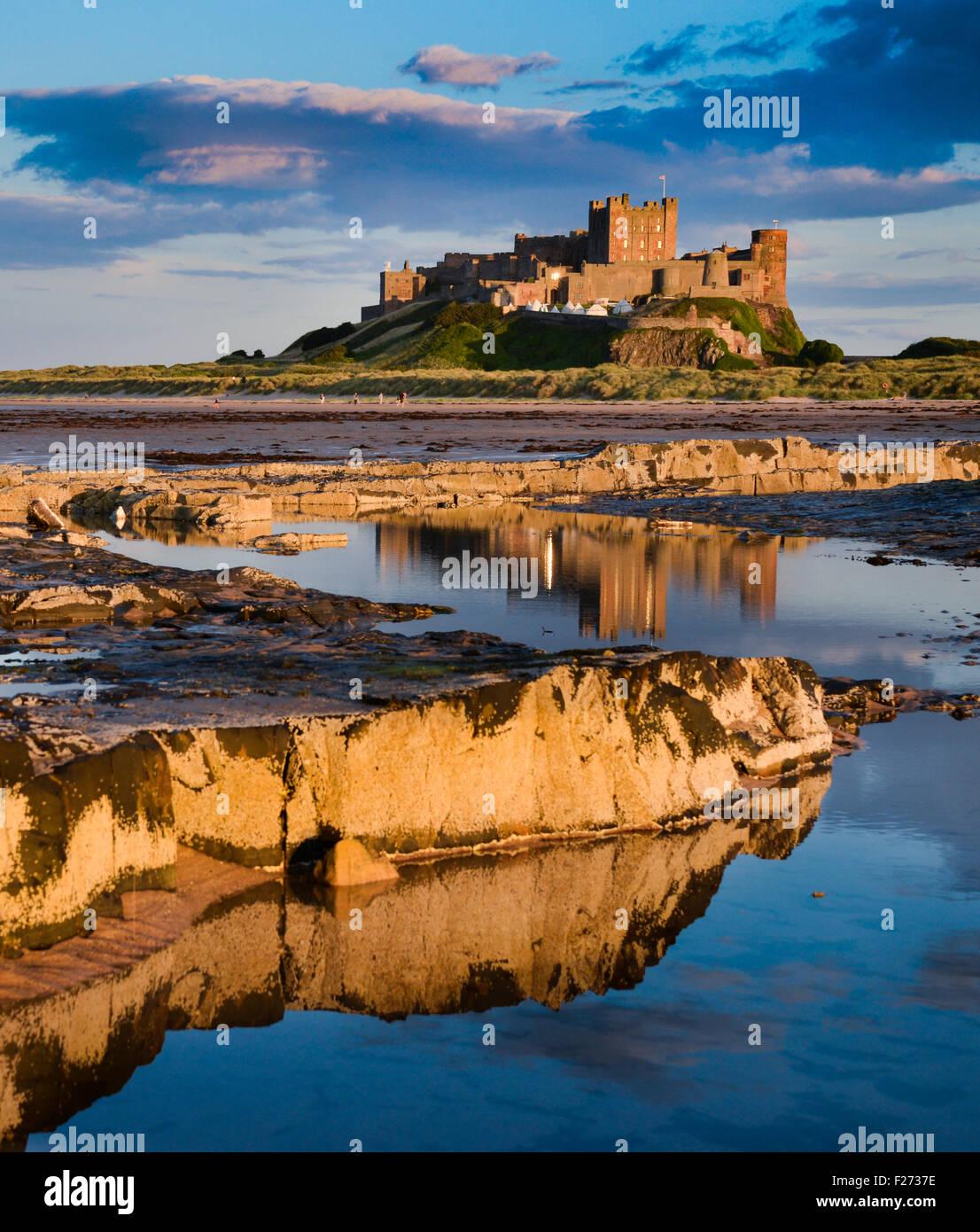 Bamburgh Castle en el noreste de la costa de Northumberland. Una vez que la residencia de los reyes de Northumbria. Imagen De Stock