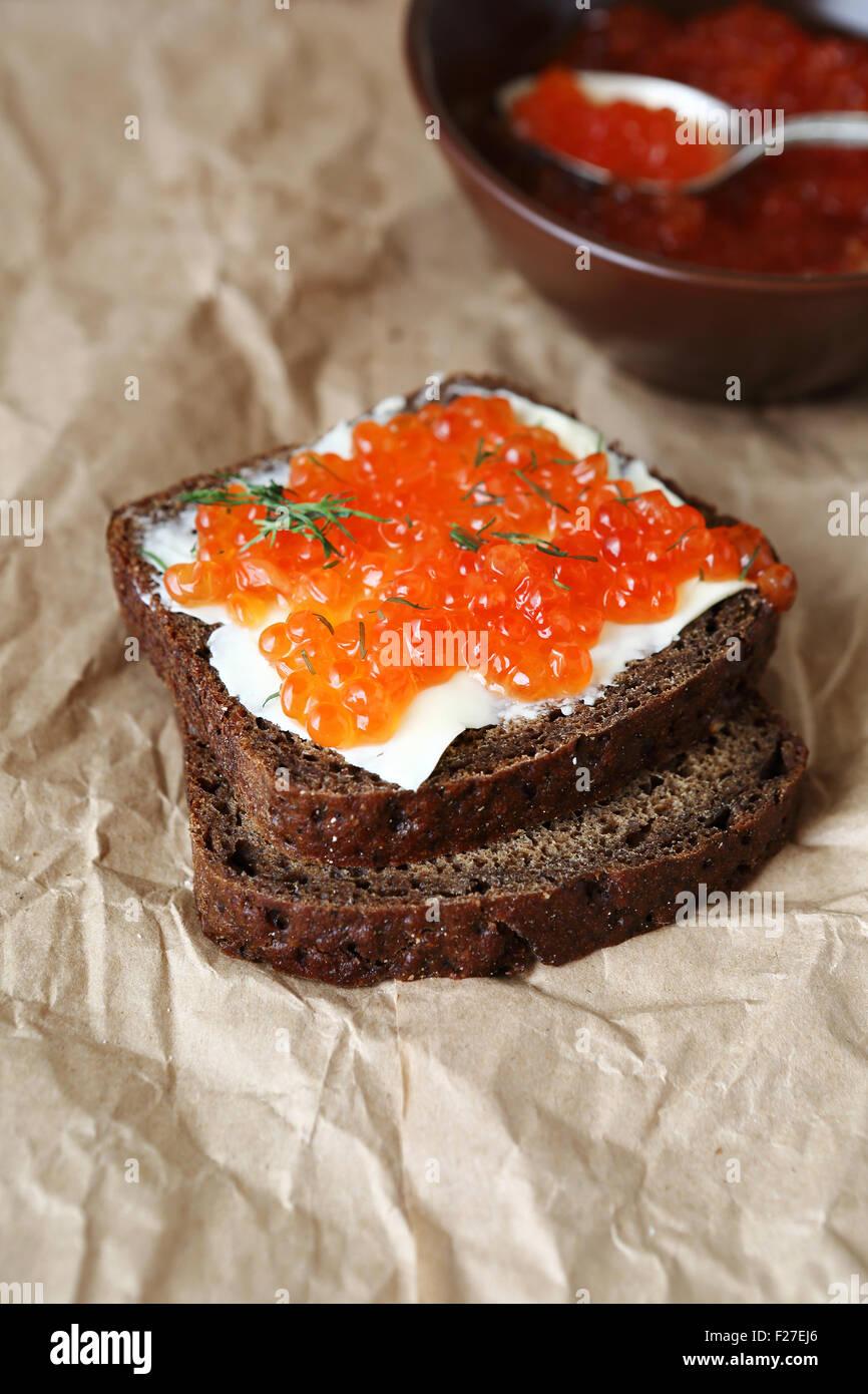 Sándwich con mantequilla y caviar en una servilleta, alimentos Imagen De Stock