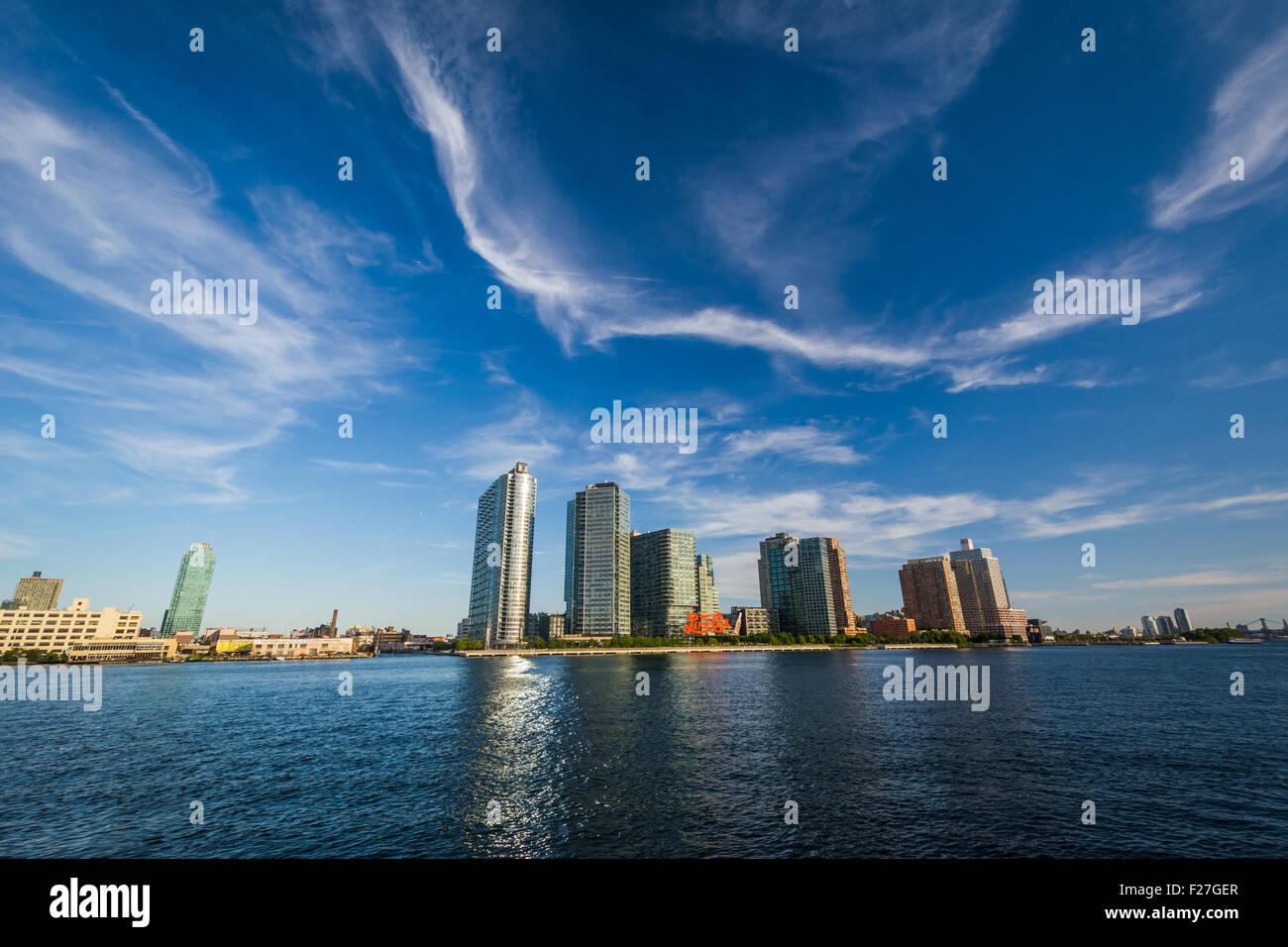 Vista del horizonte de la ciudad de Long Island desde Roosevelt Island, en Manhattan, Nueva York. Foto de stock